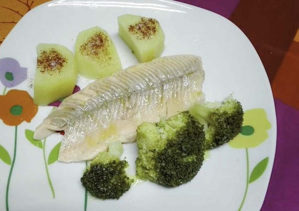 trucha-asalmonada-con-brocoli-y-patatas-al-vapor